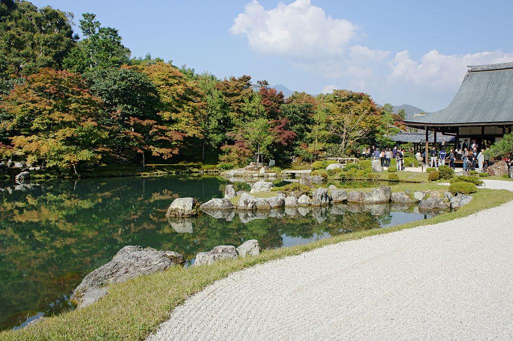 Пруд Сеген Sōgen Pond, созданный Musō Soseki , является одним из основных элементов храмового комплекса Тенрю-дзи.